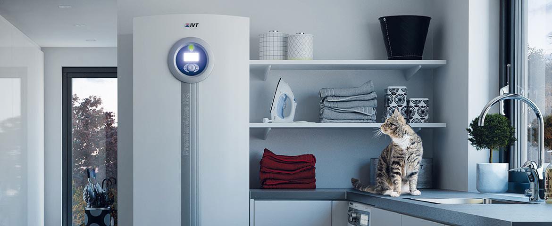 pompa di calore geotermica o modulo interno pompa di calore aria acqua airmodule installata in cucina con display acceso e gatto che la guarda